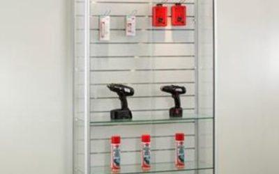 Shop Vitrine 315-100-Tech / silber eloxiert mit Lamellenwand