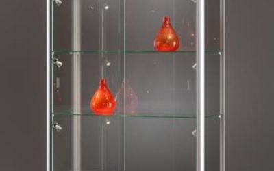 Vitrine 315 1000 silber eloxiert mit LED Deckenspots und Seitenbeleuchtung