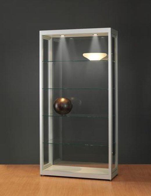 Ausstellungsvitrine V8-800 silber eloxiert mit LED Deckenspots – Staubdicht