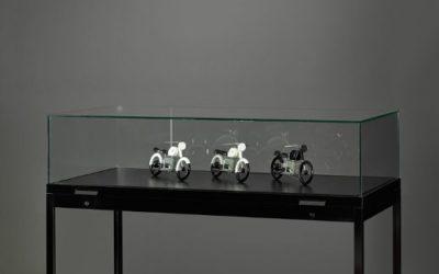 Museums-Vitrine Schwarz TGV – 1500 – 250 – schwarz mit Gasdruckfedern